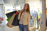 ショッピングを楽しむ外国人女性.jpg